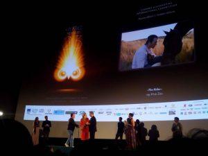 """Βραβείο Καλύτερης Ταινίας ΧΡΥΣΗ ΑΘΗΝΑ 2017 - """"ΚΑΛΠΑΖΟΝΤΑΣ ΜΕ ΤΟ ΟΝΕΙΡΟ (THE RIDER)"""" 23ο Διεθνές Φεστιβάλ Κινηματογράφου Αθήνας"""